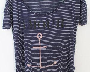 Leichtes dunkelblau-weiß gestreiftes T-Shirt von Review mit Aufdruck