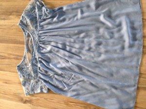 Leichtes, fließendes, kaschierendes Shirt mit Spitze