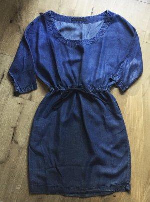 Leichtes Jeanskleid in knalligem Blau von Zara Basic
