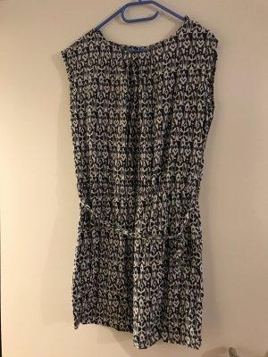 Leichtes Kleid in modischem Muster