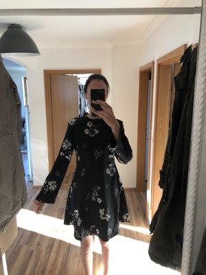 Leichtes kurzes Sommerkleid