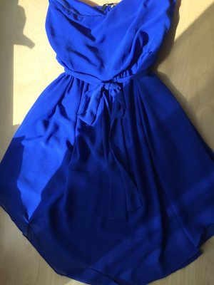 Leichtes schulterfreies Kleid