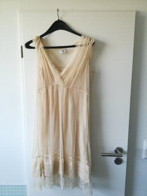 leichtes Sommerkleid aus Spitze und zartem Unterkleid