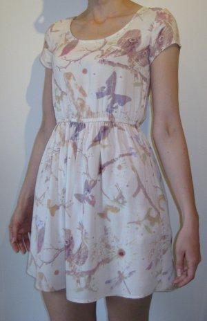 Leichtes Sommerkleid mit Blüten- und Schmetterlingsmuster