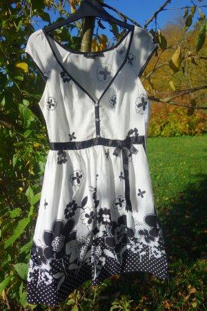 leichtes Sommerkleid mit schwarzen Blumen