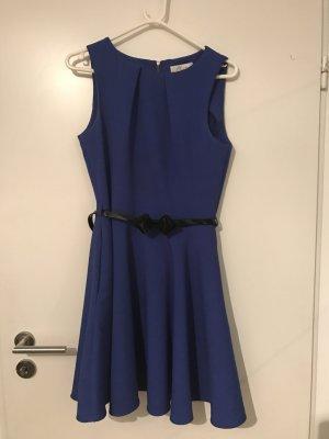 Leuchtend blaues Etuitkleid mit süßem schwarzen Lackgürtel