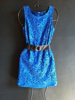 Leuchtend blaues Kleid mit Spitze