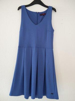Leuchtend blaues Sommerkleid