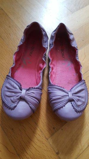 Lila Ballerinas mit Schleifenapplikation