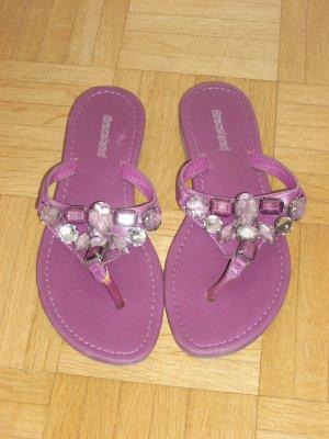 lila Flip-Flops mit Steinen orientalisch
