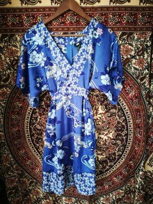 Lila Kleid mit Blumenmuster