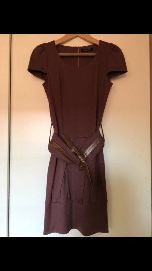 Lila Kleid mit Gürtel