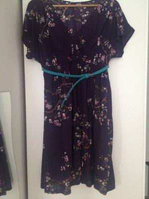 Lila Kleid mit Ledergürtel
