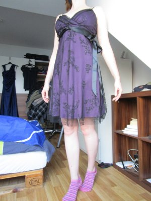 lila Kleid mit Perlen - wie neu