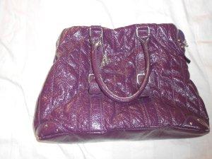 lila lack Tasche mit Henkeln und Logo