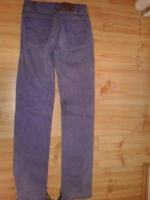 lila Levi's gefärbt und Hosen Beine aufgetrennt unten .