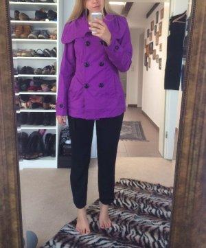 Lila Mantel mit schwarzen Knöpfen