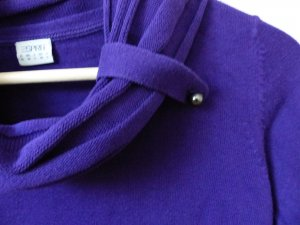 lila Pullover mit großem Kragen