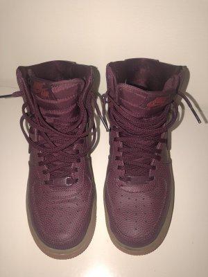Lila/ rote Nike Air Force 1 Sneaker