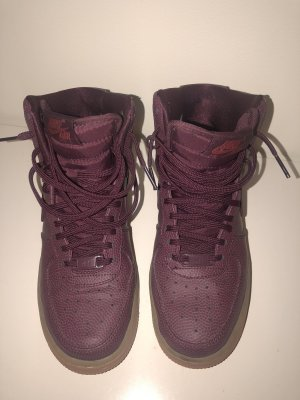 Lila/ rote Nike Air Force 1 Sneaker