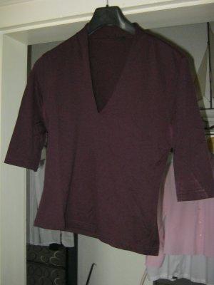 lila Shirt mit V-Ausschnitt