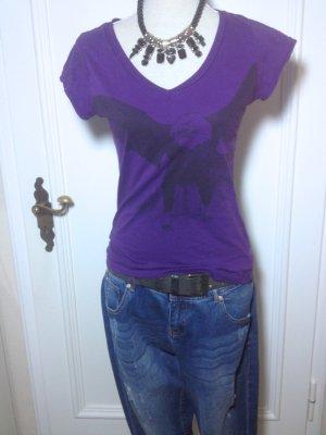 lila Shirt mit V-Ausschnitt und Adlerdruck