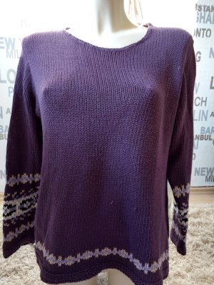lila Strickpulli mit Norwegermotiven