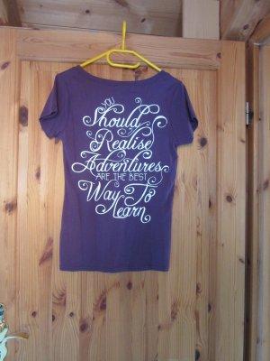lila T-shirt mit Aufschrift