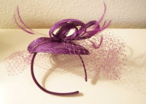 Lilafarbenener Fascinator