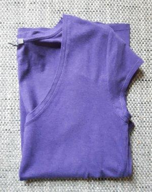 Lilafarbenes T-Shirt mit spitzem Ausschnitt
