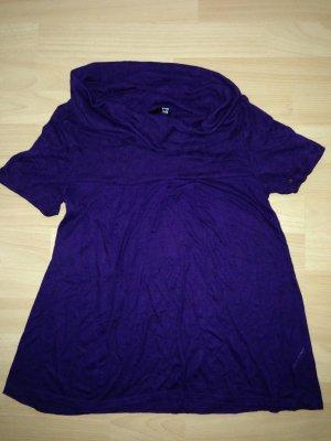 Lilafarbenes T-Shirt mit weit ausgestelltem Kragen und leichtem Lochmuster