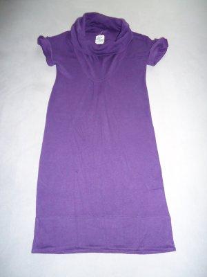 lilafarbenes Wollkleid mit kurzem Arm und Rollkragen