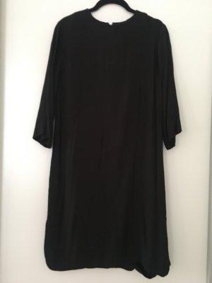 Locker geschnittenes schwarzes Kleid