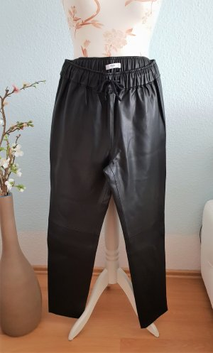 lockere Hose aus Lederimitat, Jogger-Stil, von Mango