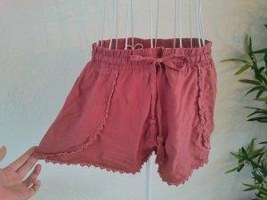 Lockere Shorts mit Häkelspitze