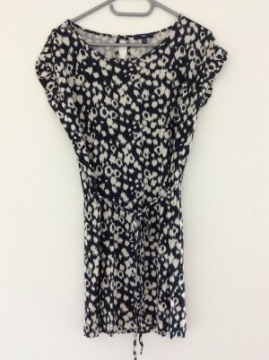 Lockeres Kleid mit angedeutetem Leo-Muster