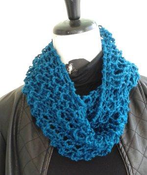 Loop,  blau mit Lochmuster