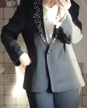 Lorea Hosenanzug, sehr elegant, schwarz, Revers mit Strass und Glitzer Steinchen, Theater, Bühne, 100% Polyester, Stoff fließend und glatt, fein, in sich leicht gestreift, Schulterpolster, Brustweite: 55,5 cm, Schulterbreite: 43 cm, Länge: 69 cm, Hosenbun