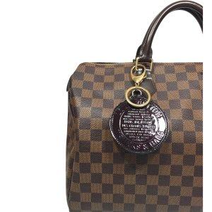 Louis Vuitton Trunks and Bags Anhänger Schlüsselanhänger Vernis Leder Amarante