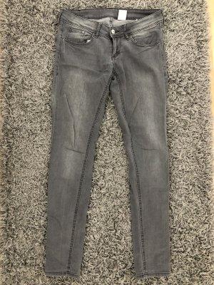Low Jeans in grau