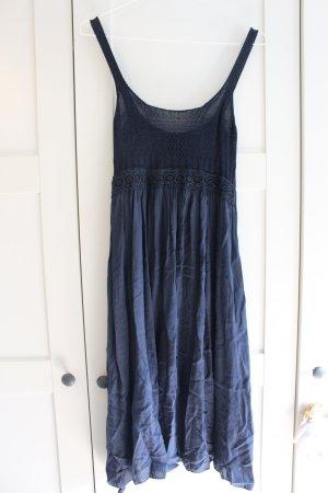 luftiges, dunkelblaues Kleid