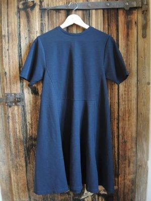 luftiges Kleid in schönem Dunkelblau.