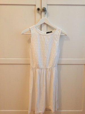 Luftiges Sommerkleid mit Lochstickerei