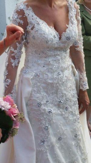 Luxus Brautkleid aus feinster Spitze und komplett mit echten Kristallen besetzt