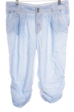 M.O.D. Pantalón pirata azul celeste-blanco degradado de color look casual