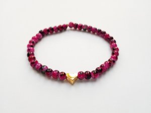 Magenta-schwarz marmoriertes Perlenarmband mit goldfarbenem Herz.