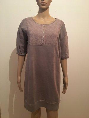 Maison  Scotch Flieder gräulich mit Stickerei im Brustbereich Perlmuttknöpfe Halbarm Sweatkleid Pulloverkleid Kleid Marke hochwertig bequem cool