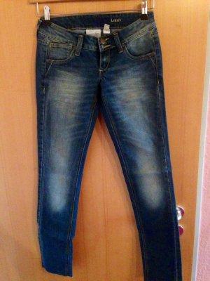 Mango Jeans Trend mit offene Naht