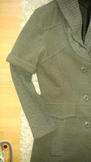 Abrigo corto marrón grisáceo