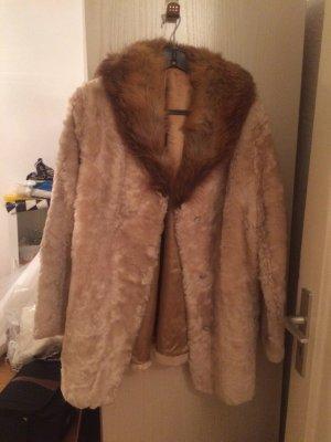 Mantel aus Lammfell und Fuchs am Kragen